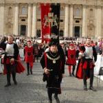 Il Gonfalone fa ingresso in Piazza San Pietro